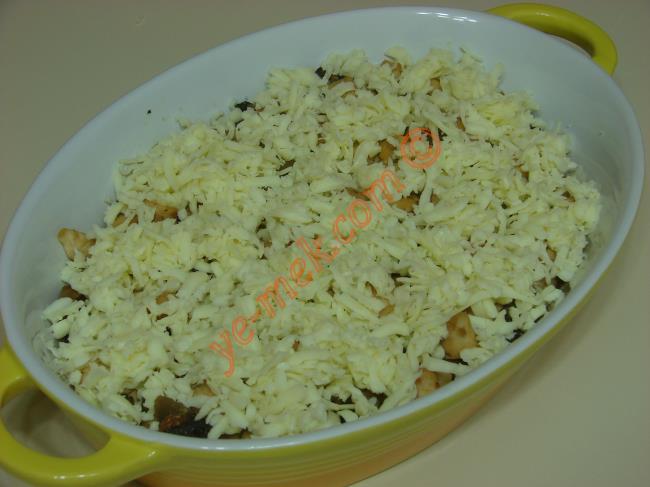 Fırında kaşarlı tavuk yemeğini oldukça doyurucu ve lezzetli bir ana yemektir.