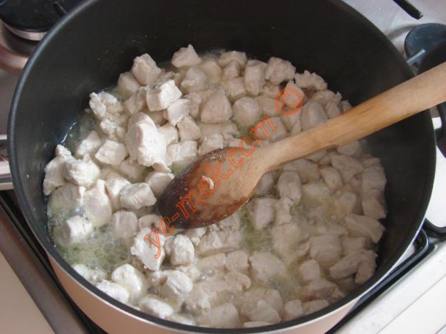 Daha sonra 1 adet ince ince doğranmış soğan, 1 adet sivri biber ve 1 adet domates koyup, 1-2 dakika kavurun.