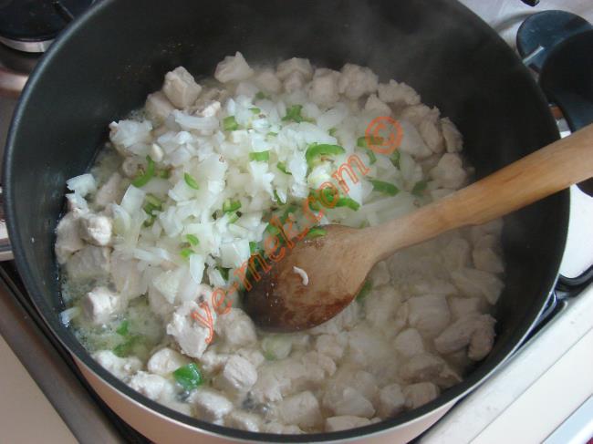 Son olarak küpler halinde doğranmış mantarları, tuz ve karabiber koyup, 5 dakika pişirin.
