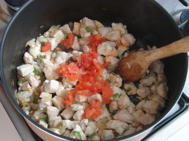 Hazırladığınız tavuklu harcı geniş bir fırın kabına koyun.