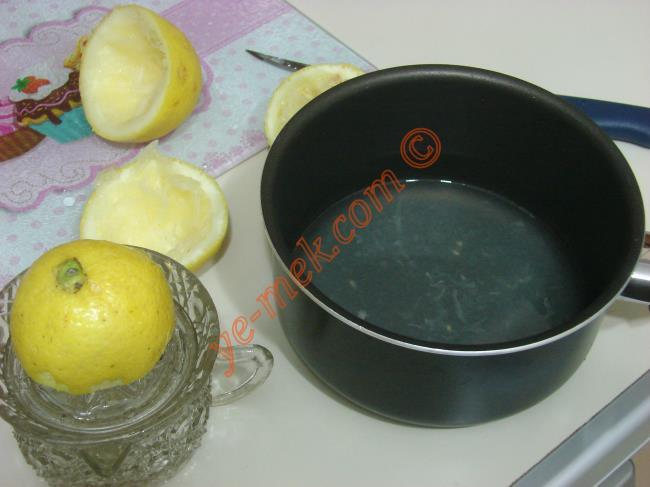 Şeker eriyene kadar kaynatın. Daha sonra 1 tatlı kaşığı buğday nişastasını bir çay bardağına koyun.
