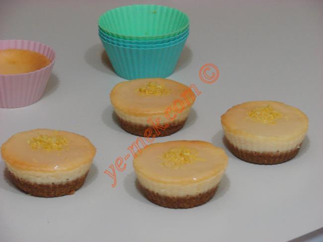 Porsiyonluk limonlu çiz kekleri servis tabağına alın.