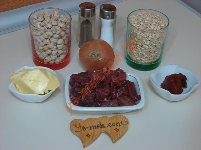 Nohutlu Keşkek İçin Gerekli Malzemeler :  <ul>         <li>2 su bardağı buğday</li> <li>300 gr kuşbaşı doğranmış et</li>         <li>2 su bardağı haşlanmış nohut</li>         <li>2 yemek kaşığı tereyağı</li>         <li>1 adet soğan</li>         <li>1 yemek kaşığı domates salçası</li>         <li>1 su bardağı ılık süt</li>         <li>Tuz</li>         <li>Karabiber</li> </ul>