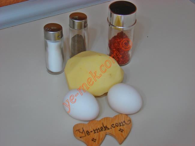 Patatesli Omlet İçin Gerekli Malzemeler :  <ul> <li>2 adet yumurta</li>         <li>1 adet orta boy patates</li>         <li>1/2 yemek kaşığı tereyağı</li> <li>Karabiber</li>         <li>Kırmızı pul biber</li> <li>Tuz</li> </ul>