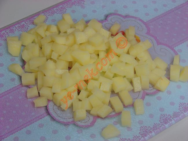 2 adet patatesin kabuğunu soyup, minik küpler halinde doğrayın. Kızgın yağ içinde kızartın.