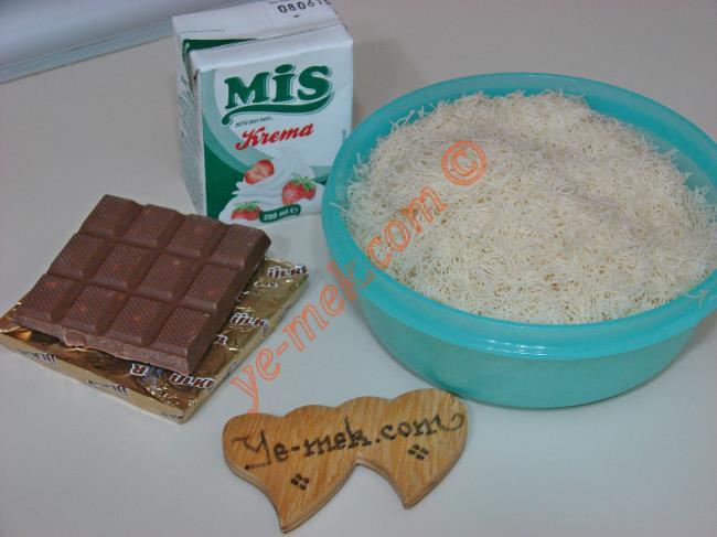 Çikolatalı Kadayıf Çıtırları İçin Gerekli Malzemeler :  <ul> <li>1 paket sütlü çikolata (80 gr)</li> <li>1,5 paket bitter çikolata (120 gr)</li> <li>1/2 paket süt kreması</li> <li>200 gr çiğ tel kadayıf</li> </ul>