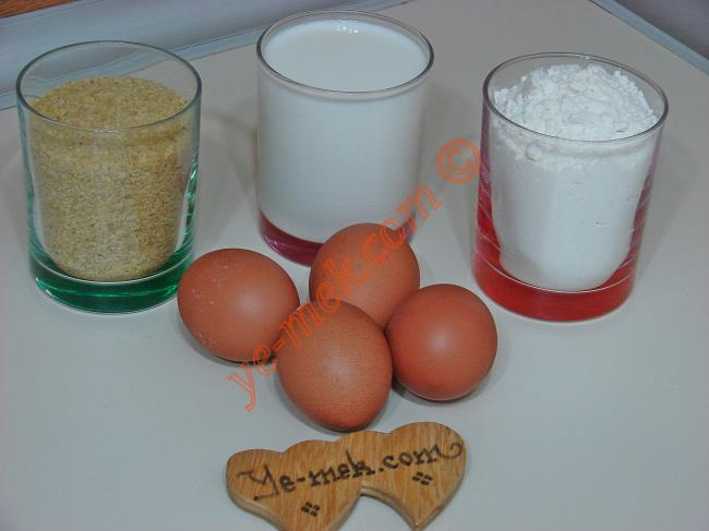 Erişte İçin Gerekli Malzemeler :  <ul> <li>4 adet yumurta</li> <li>1 su bardağı irmik</li> <li>1 su bardağı süt</li> <li>1 tatlı kaşığı tuz</li>         <li>5 su bardağı un</li> </ul>