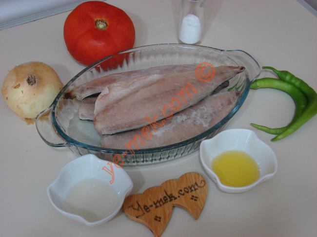 Uskumru Pilaki İçin Gerekli Malzemeler :  <ul> <li>4 adet uskumru fileto (2 adet uskumru balığı eder)</li> <li>1 adet orta boy soğan</li> <li>1 adet orta boy domates</li> <li>2 adet yeşil biber</li> <li>2 yemek kaşığı zeytinyağı</li> <li>2 yemek kaşığı elma sirkesi</li> <li>2 yemek kaşığı su</li> <li>Tuz</li> </ul>