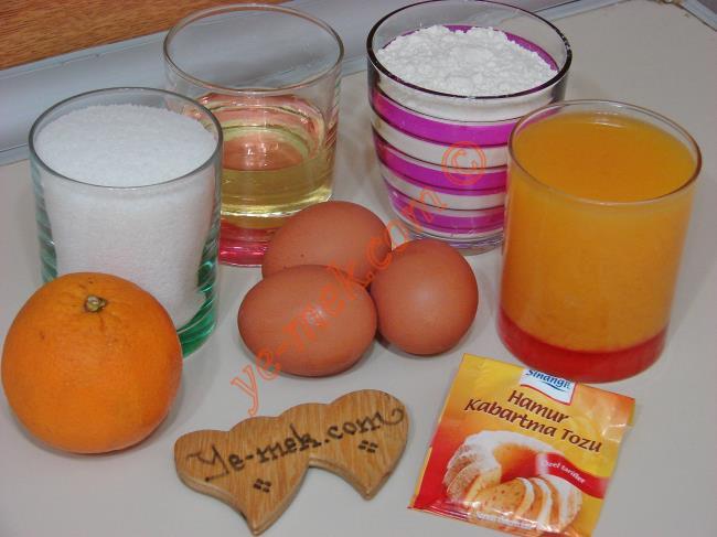 Kolay Portakallı Kek (Sütsüz ve Yoğurtsuz) İçin Gerekli Malzemeler :  <ul> <li>3 adet yumurta</li> <li>1 su bardağı taze sıkılmış portakal suyu</li> <li>1 su bardağı toz şeker</li> <li>1/2 su bardağı sıvıyağ</li>         <li>3 su bardağı un</li>         <li>1 adet rendelenmiş portakal kabuğu</li>         <li>1 paket kabartma tozu</li>        </ul>