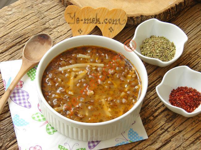 Ana Yemek Kıvamında Lezzetli ve Doyurucu Bir Çorba : Erişteli Yeşil Mercimek Çorbası