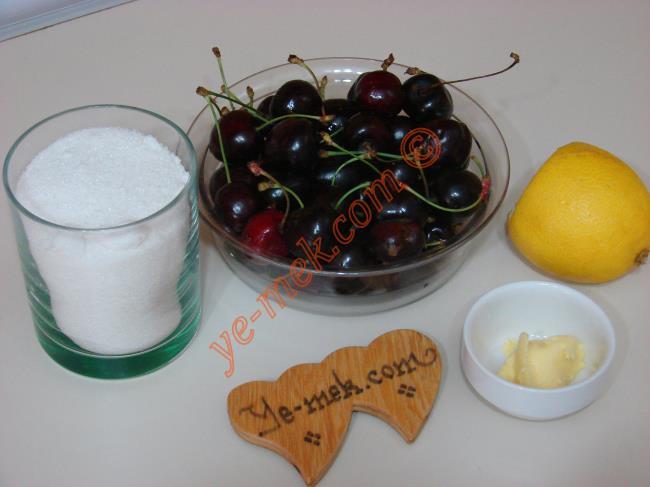 Ev Yapımı Kiraz Reçeli İçin Gerekli Malzemeler :  <ul>   <li>1 su bardağı çekirdekleri ayıklanmış kiraz</li>         <li>1 su bardağı toz şeker</li>         <li>1/2 çay kaşığı tereyağı</li>         <li>2 damla limon suyu</li> </ul>