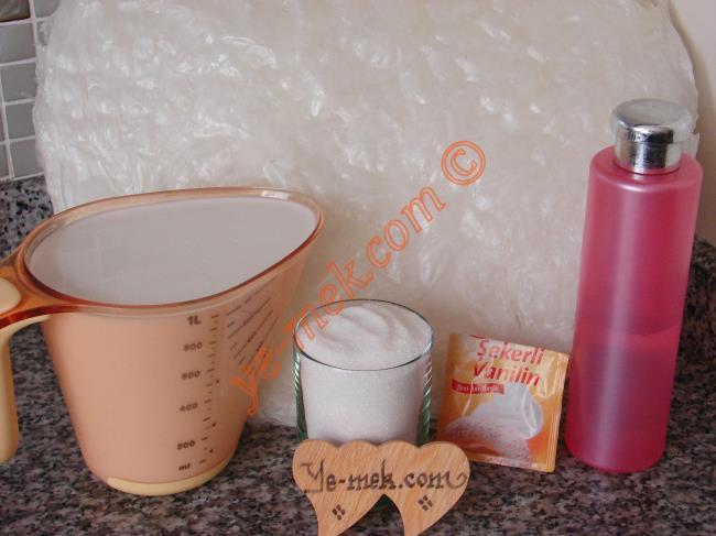 Kupta Güllaç İçin Gerekli Malzemeler :  <ul>       <li>5 yaprak güllaç</li>       <li><strong>Şerbeti İçin:</strong></li>      <li>1 litre süt</li>      <li>1 su bardağı toz şeker</li>      <li>1 yemek kaşığı gül suyu ya da 1 tatlı kaşığı vanilya </li>      <li><strong>Üzeri İçin:</strong></li>      <li>Vişne</li>      <li>Dövülmüş fındık ya da fıstık</li>  </ul>