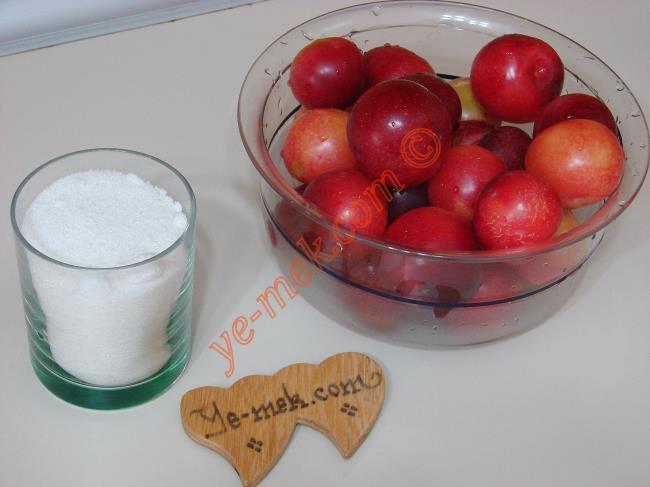 Kırmızı Erik Marmelatı İçin Gerekli Malzemeler :  <ul> <li>1 kilo kırmızı erik</li> <li>1,5 su bardağı su</li> <li>4 su bardağı toz şeker</li>         <li>3-4 damla limon suyu</li>         <li>1 çay kaşığı tereyağı</li>  </ul>