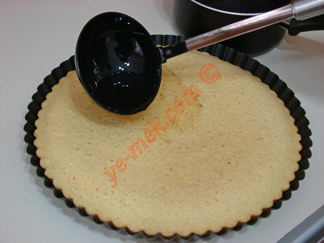 Pişen revani tatlısını fırından çıkartın. İlk sıcaklığı gittikten sonra ılıyan şerbeti kepçe ile üzerine azar azar dökün (Tatlı sıcak şerbet ılık). Şerbeti tamamen çekene kadar bu şekilde bekletin.