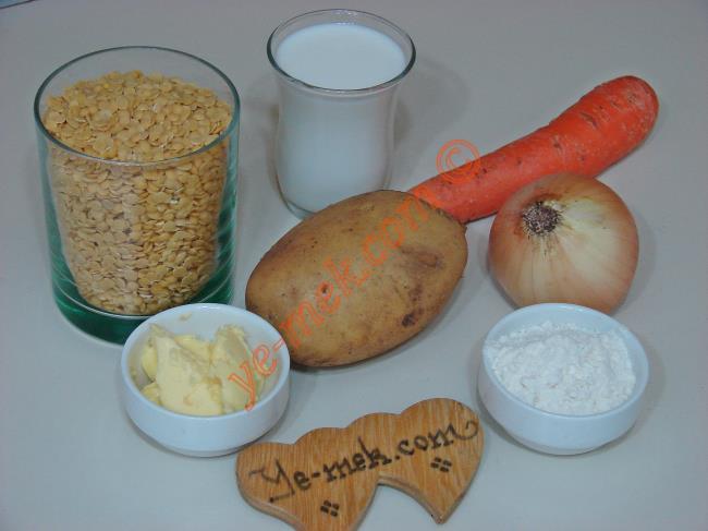 Sarı Mercimek Çorbası İçin Gerekli Malzemeler :  <ul> <li>1 su bardağı sarı mercimek</li>         <li>1 adet küçük boy patates</li>         <li>1 adet küçük boy havuç</li> <li>1 yemek kaşığı tereyağı</li>         <li>1 yemek kaşığı un</li>         <li>2 çay bardağı süt (Küçük boy)</li> <li>1 adet soğan</li> <li>6 su bardağı su</li> <li>Tuz</li> <li>Karabiber</li> <li><strong>Üzeri İçin:</strong></li>         <li>1 yemek kaşığı tereyağı</li> <li>1 tatlı kaşığı kırmızı pulbiber</li> </ul>