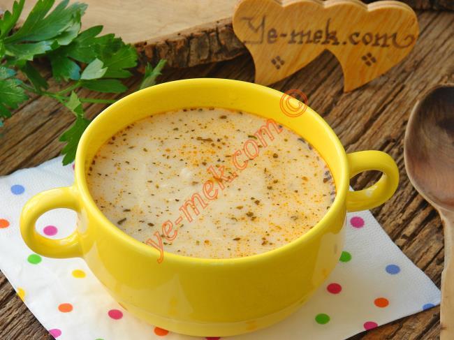Tavuk suyu üzerinde buğday çorbası nasıl pişirilir