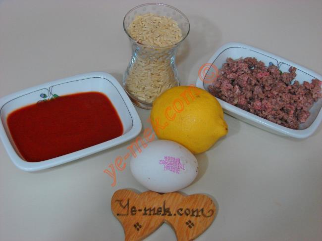 Terbiyeli Kıymalı Şehriye Çorbası İçin Gerekli Malzemeler :  <ul> <li>1 çay bardağı arpa şehriye</li> <li>4 yemek kaşığı kavrulmuş kıyma</li> <li>4 yemek kaşığı hazır domates püresi</li> <li>Yarım limon suyu</li> <li>1 adet yumurta sarısı</li>         <li>4,5 su bardağı sıcak su</li> <li>Tuz</li> <li>Karabiber</li> </ul>
