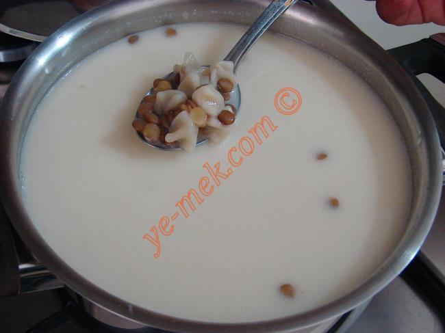 Yeşil Mercimekli Mantı Çorbasının Üzeri İçin; küçük bir tava içine 1 yemek kaşığı tereyağ koyup, eritin.