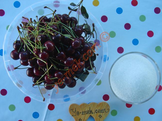 Ev Yapımı Vişne Reçeli İçin Gerekli Malzemeler :  <ul>   <li>1 kilo vişne</li>         <li>1 kilo toz şeker</li>         <li>1/2 çay kaşığı tereyağı</li>         <li>2 damla limon suyu</li> </ul>