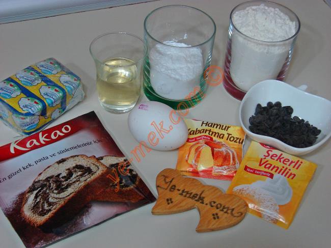 Hanımeller Kurabiye İçin Gerekli Malzemeler :  <ul> <li>125 gr tereyağı (Oda Sıcaklığında)</li>         <li>1 adet yumurta</li> <li>1/2 çay bardağı sıvıyağ</li> <li>1/2 su bardağı pudra şekeri</li>         <li>2 yemek kaşığı kakao</li>         <li>1/2 su bardağı damla çikolata</li> <li>1 paket kabartma tozu</li> <li>1 paket vanilya</li>         <li>2,5-3 su bardağı un</li>          </ul>