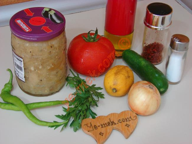 Közlenmiş Patlıcanlı Çoban Salatası İçin Gerekli Malzemeler :  <ul>         <li>6 yemek kaşığı hazır konserve közlenmiş patlıcan</li> <li>1 adet büyük boy domates</li>    <li>1 adet orta boy salatalık</li>         <li>2 adet sivri biber</li>         <li>1 tutam maydanoz</li> <li>1 adet küçük boy soğan</li> <li>2-3 yemek kaşığı zeytinyağı</li>         <li>Limon suyu</li>  <li>Tuz</li> </ul>