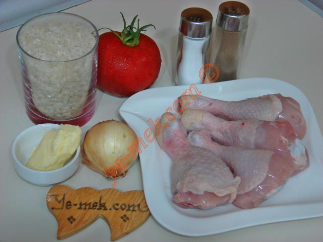 Tavuklu Büryan Pilavı İçin Gerekli Malzemeler :  <ul> <li>1 su bardağı pilavlık pirinç</li>         <li>4 adet tavuk baget</li>         <li>1 adet orta boy domates</li> <li>1 yemek kaşığı tereyağı</li> <li>1,5-2 su bardağı tavuk suyu</li> <li>Tuz</li> </ul>Tavuklu büryan pilavı yapımında; ilk olarak 4 adet tavuk bageti orta boy bir tencere içine koyun. Üzerlerine çıkacak kadar su ve az miktar tuz döküp, bagetleri pişirin.