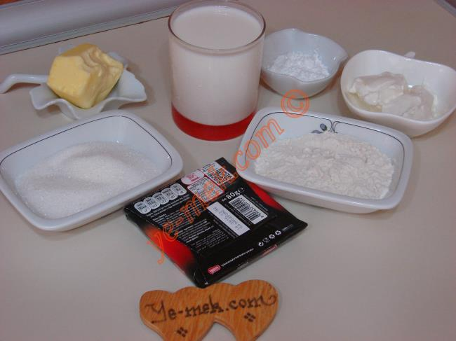 Çikolatalı Muhallebi İçin Gerekli Malzemeler :  <ul>         <li>3 su bardağı süt</li>         <li>5 yemek kaşığı un</li>         <li>1 yemek kaşığı nişasta</li>         <li>5 yemek kaşığı toz şeker</li>         <li>1 yemek kaşığı tereyağı</li>         <li>80 gr bitter çikolata</li>         <li>2 yemek kaşığı labne peyniri (isteğe göre)</li> </ul>