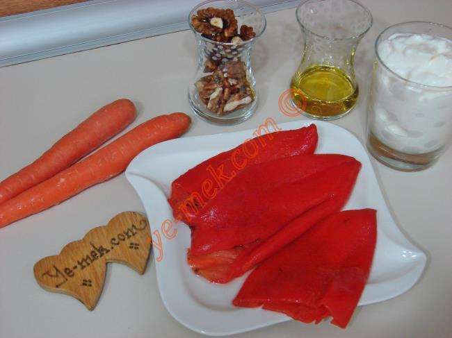 Közlenmiş Kırmızı Biberli Havuçlu Tarator İçin Gerekli Malzemeler :  <ul> <li>3 adet közlenmiş kırmızı biber</li> <li>2 adet orta boy havuç</li>         <li>1 su bardağı dolusu yoğurt</li>         <li>4 yemek kaşığı dövülmüş ceviz</li>         <li>İsteğe göre 1 diş sarımsak</li> <li>4 yemek kaşığı zeytinyağı</li> <li>Tuz</li> </ul>