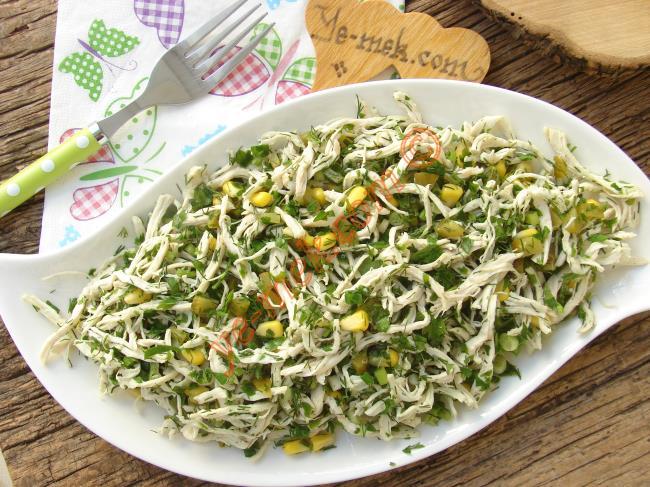Hem Öğlen Hem de Akşam Yenebilecek Bir Salata : Yeşillikli Tavuk Salatası