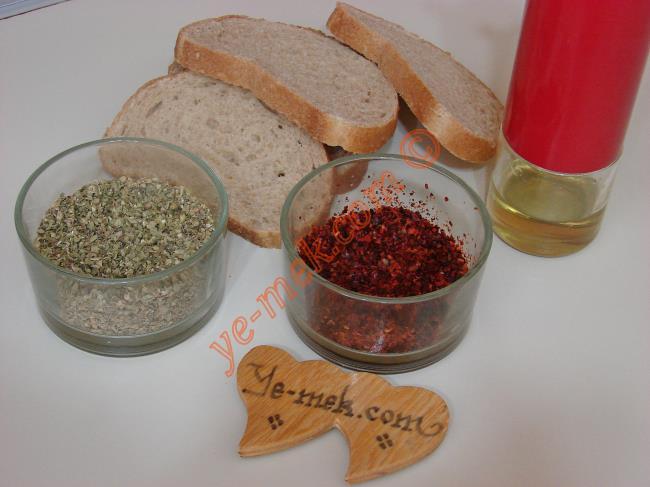 Fırında Baharatlı Kruton (Kıtır Ekmek) İçin Gerekli Malzemeler :  <ul> <li>8 dilim ekmek </li> <li>4 yemek kaşığı zeytinyağı</li> <li>Kırmızı Pul Biber</li>         <li>Kekik</li> </ul>