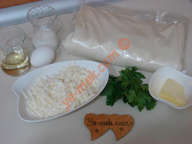 Gonca Gül Böreği İçin Gerekli Malzemeler :  <ul> <li>2 adet yufka</li>         <li>1 yemek kaşığı tereyağı</li>         <li>Yarım çay bardağı sıvıyağ</li> <li><strong>İç Harcı İçin:</strong></li> <li>100 gr kadar beyaz peynir</li>         <li>1 tutam maydanoz</li>         <li><strong>Üzeri İçin:</strong></li> <li>1 adet yumurta sarısı</li>         <li>3 yemek kaşığı süt</li>         <li>3 yemek kaşığı sıvıyağ</li> </ul>