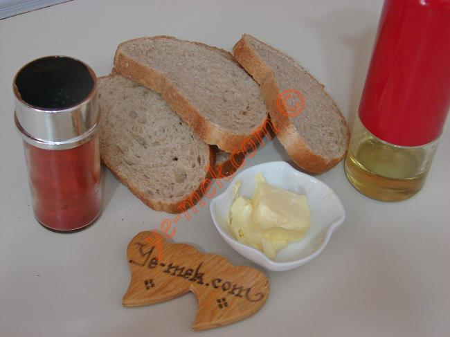 Kruton (Kıtır Ekmek) İçin Gerekli Malzemeler :  <ul> <li>8 dilim ekmek </li> <li>1 yemek kaşığı tereyağ</li> <li>1 yemek kaşığı zeytinyağı</li> <li>Kırmızı Toz Biber</li> </ul>
