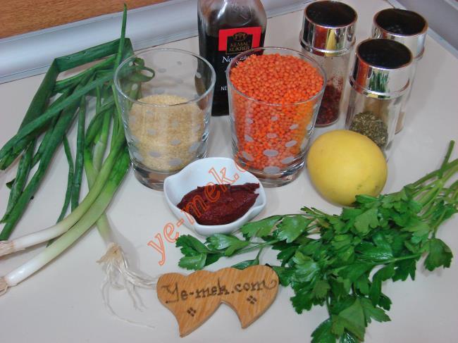 Mercimek Köftesi Çanakları İçin Gerekli Malzemeler :  <ul> <li>1 su bardağı kırmızı mercimek</li> <li>Yarım su bardağı ince bulgur (köftelik bulgur)</li> <li>2 su bardağı su</li> <li>3 yemek kaşığı zeytinyağı</li> <li>2 yemek kaşığı domates  salçası</li> <li>Yarım demet maydanoz</li> <li>4 sap taze yeşil soğan</li> <li>1 tatlı kaşığı kadar tuz</li> <li>Yarım limon suyu</li>         <li>İsteğe göre 1 yemek kaşığı nar ekşisi</li>         <li>İstediğe göre pulbiber, kimyon, kuru nane</li> </ul>