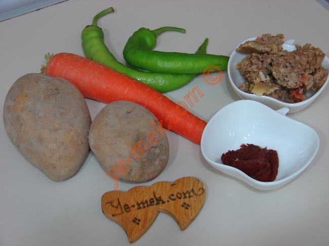 Kıymalı Havuçlu Patates Yemeği - Yapılışı (1/12)