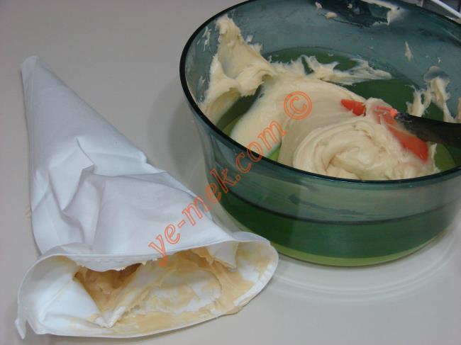 Hazırladığınız ekler pasta hamurunu krema sıkma torbasına koyun.
