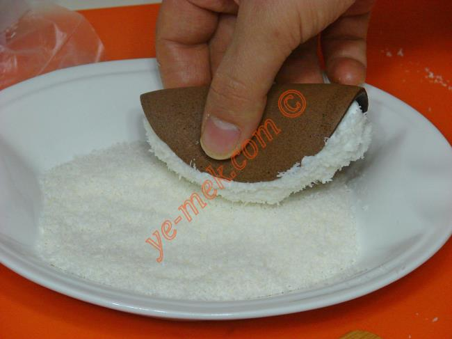Şantili kısmı hindistan cevizine bulayıp, servis tabağına dizin.