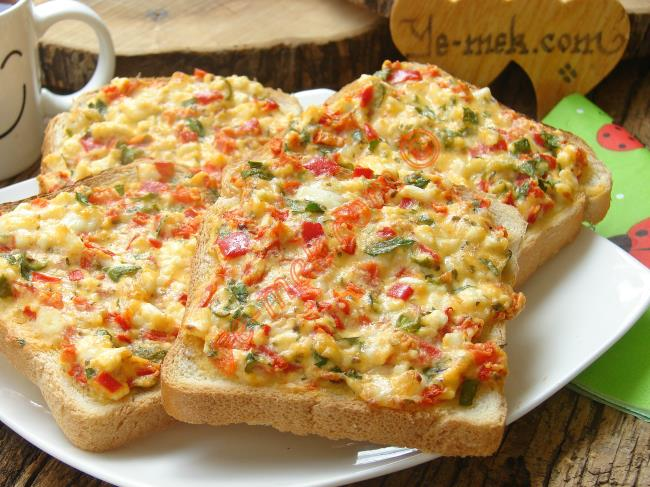 Kahvaltılık Domatesli Peynirli Ekmek Dilimleri