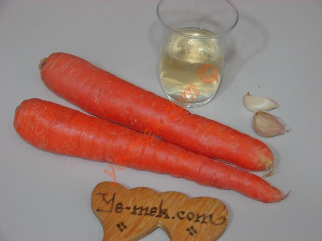 Sirkeli Havuç Mezesi İçin Gerekli Malzemeler :  <ul>  <li>2 adet orta boy havuç</li> <li>2 diş sarımsak</li> <li>1 çay bardağı kadar elma sirkesi</li> <li>Az miktar tuz</li> </ul>