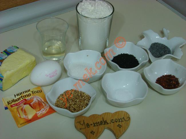 Sirkeli Tuzlu Gevrek Kurabiye İçin Gerekli Malzemeler :  <ul>         <li>125gr tereyağı (Oda sıcaklığında)</li> <li>3 yemek kaşığı elma sirkesi</li> <li>1 adet yumurta akı</li> <li>2 yemek kaşığı toz şeker</li> <li>1 çay kaşığı tuz</li> <li>2 yemek kaşığı çörek otu</li> <li>1 tatlı kaşığı kırmızı pul biber</li> <li>1/2 paket kabartma tozu</li> <li>2 su bardağı un </li> <li><strong>Üzeri İçin:</strong></li> <li>Yumurta sarısı</li>         <li>Mavi haşhaş</li>         <li>Susam</li>  </ul>