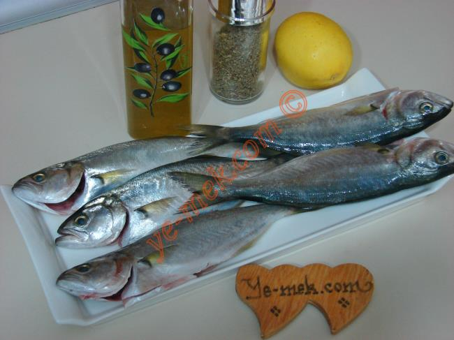 Fırında Çinekop İçin Gerekli Malzemeler :  <ul> <li>4 adet çinekop balığı</li> <li>4 yemek kaşığı limon suyu</li>         <li>4 yemek kaşığı zeytinyağı</li> <li>1 çay kaşığı kekik</li> <li>Tuz</li> </ul>