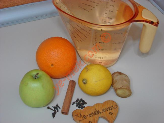Ödem Attıran Yağ Yakıcı Zayıflatan Çay İçin Gerekli Malzemeler :  <ul>  <li>1 lt içme suyu</li>  <li>1 adet limon</li>  <li>1 adet yeşil elma</li>  <li>1 adet portakal</li>          <li>1 adet çubuk tarçın</li>          <li>10 adet tomurcuk karabiber</li>          <li>5 adet karanfil</li>          <li>2 dilim taze zencefil</li> </ul>