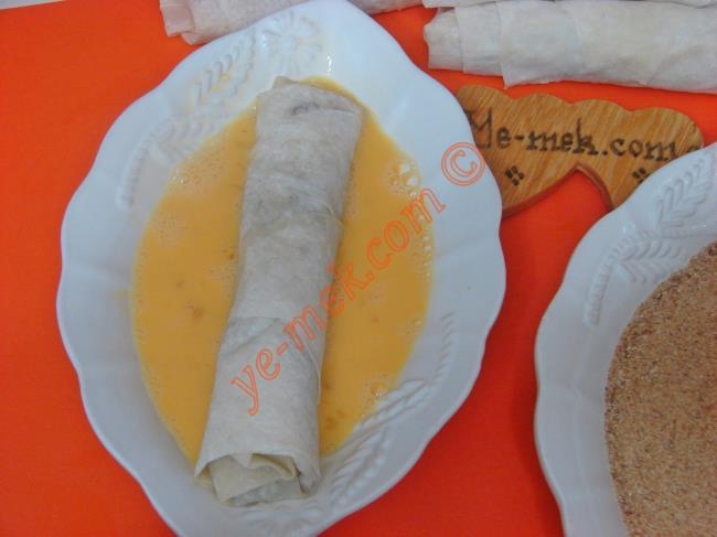 Hazırladğınız avcı böreğini yağlı kağıt serili fırın tepsisi içine dizin.