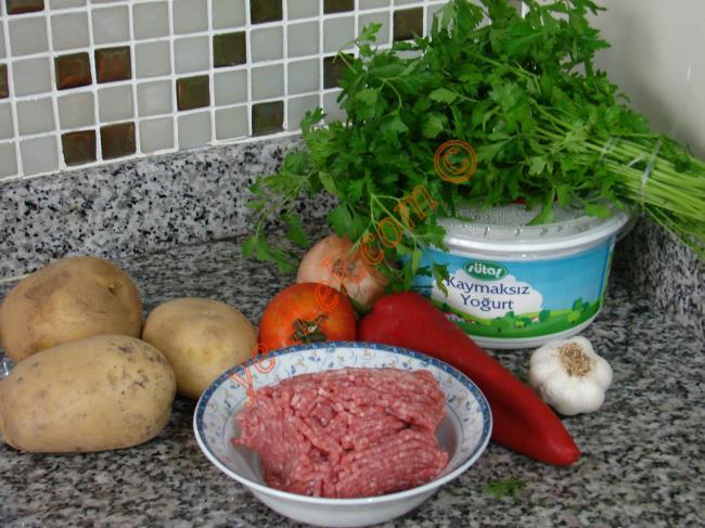 Kıymalı Çökertme Kebabı İçin Gerekli Malzemeler :  <ul> <li>350 gr kıyma</li> <li>3 adet orta boy patates</li>         <li>4 yemek kaşığı zeytinyağı</li> <li>1 adet soğan</li> <li>2 diş sarımsak</li> <li>1 adet kırmızı biber</li> <li>1 adet domates</li> <li>1 kase yoğurt</li> <li>Tuz</li> <li>Karabiber, kırmızı toz biber</li> <li><strong>Üzeri İçin:</strong></li> <li>1 tutam maydanoz</li>  </ul>