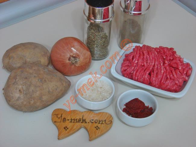 Kıymalı Patates Dolması İçin Gerekli Malzemeler :  <ul> <li>2 adet orta boy patates</li> <li>150 gr kıyma</li>         <li>1 adet orta boy soğan</li>         <li>4 yemek kaşığı pirinç (yıkanmış)</li>         <li>1/2 yemek kaşığı domates salçası</li>         <li>2 yemek kaşığı zeytinyağı</li>         <li>İsteğe göre 1 tutam dereotu</li> <li>Tuz, kuru nane, karabiber</li> </ul>