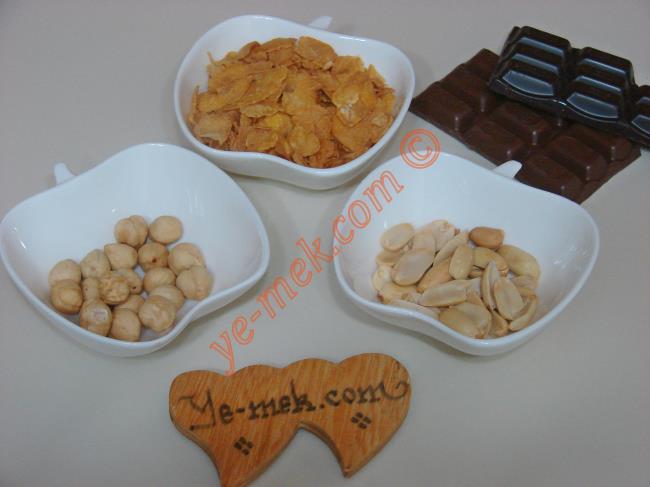Kuru Yemişli Mısır Gevrekli Çikolatalı Tatlı İçin Gerekli Malzemeler :  <ul> <li>5 yemek kaşığı mısır gevreği</li> <li>2 yemek kaşığı fındık</li> <li>2 yemek kaşığı fıstık</li> <li>1/2 paket sütlü çikolata (40 gr)</li>         <li>1/2 paket bitter çikolata (40 gr)</li>  </ul>