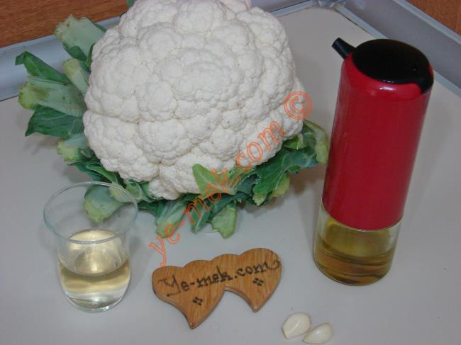 Sirkeli Karnabahar Salatası İçin Gerekli Malzemeler :  <ul>  <li>1/2 küçük boy karnabahar</li> <li>2 küçük diş sarımsak</li> <li>1 çay bardağı kadar elma sirkesi</li> <li>Az miktar tuz</li> </ul>