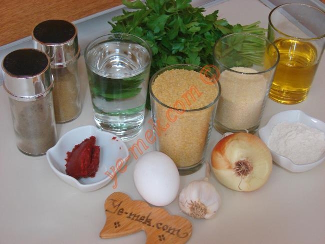 Fellah Köftesi İçin Gerekli Malzemeler :  <ul>  <li>1su bardağı ince bulgur</li> <li>1 su bardağı sıcak su</li> <li>1/2 su bardağı irmik</li>         <li>1 adet yumurta</li>         <li>1 adet orta boy soğan</li>         <li>1/2 yemek kaşığı domates salçası</li> <li>3-3,5 yemek kaşığı kadar un</li>         <li>Az miktar karabiber ve kimyon</li> <li>1 tatlı kaşığı kadar tuz</li>         <li><strong>Sosu İçin:</strong></li>         <li>1 yemek kaşığı biber salçası</li>         <li>1/2 yemek kaşığı domates salçası</li>         <li>1/2 su bardağı kadar zeytinyağı</li>         <li>1 diş sarımsak</li>         <li>Tuz, karabiber</li>         <li><strong>Üzeri İçin:</strong></li>         <li>2-3 tutam maydanoz</li>          </ul>