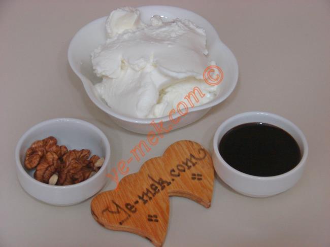 Kahvaltılık Pekmezli Yoğurt İçin Gerekli Malzemeler :  <ul> <li>4 yemek kaşığı süzme yoğurt</li> <li>2 yemek kaşığı pekmez</li> <li>2 parça ceviz içi</li> </ul>