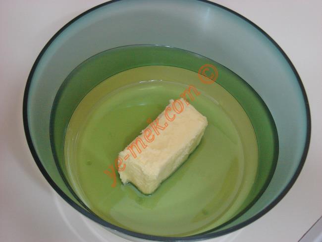 Derin bir kaba oda sıcaklığındaki 125 gr margarin ya da tereyağı koyun.