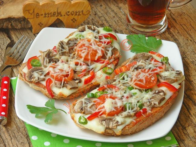 Kahvaltı için Yoğurtlu Bayat Ekmek Dilimleri